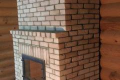 Камин с большой стеклянной дверкой и вентиляционными каналами