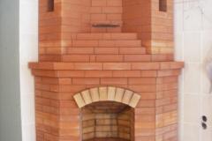 Угловой открытый камин с пассивными вентиляционными каналами